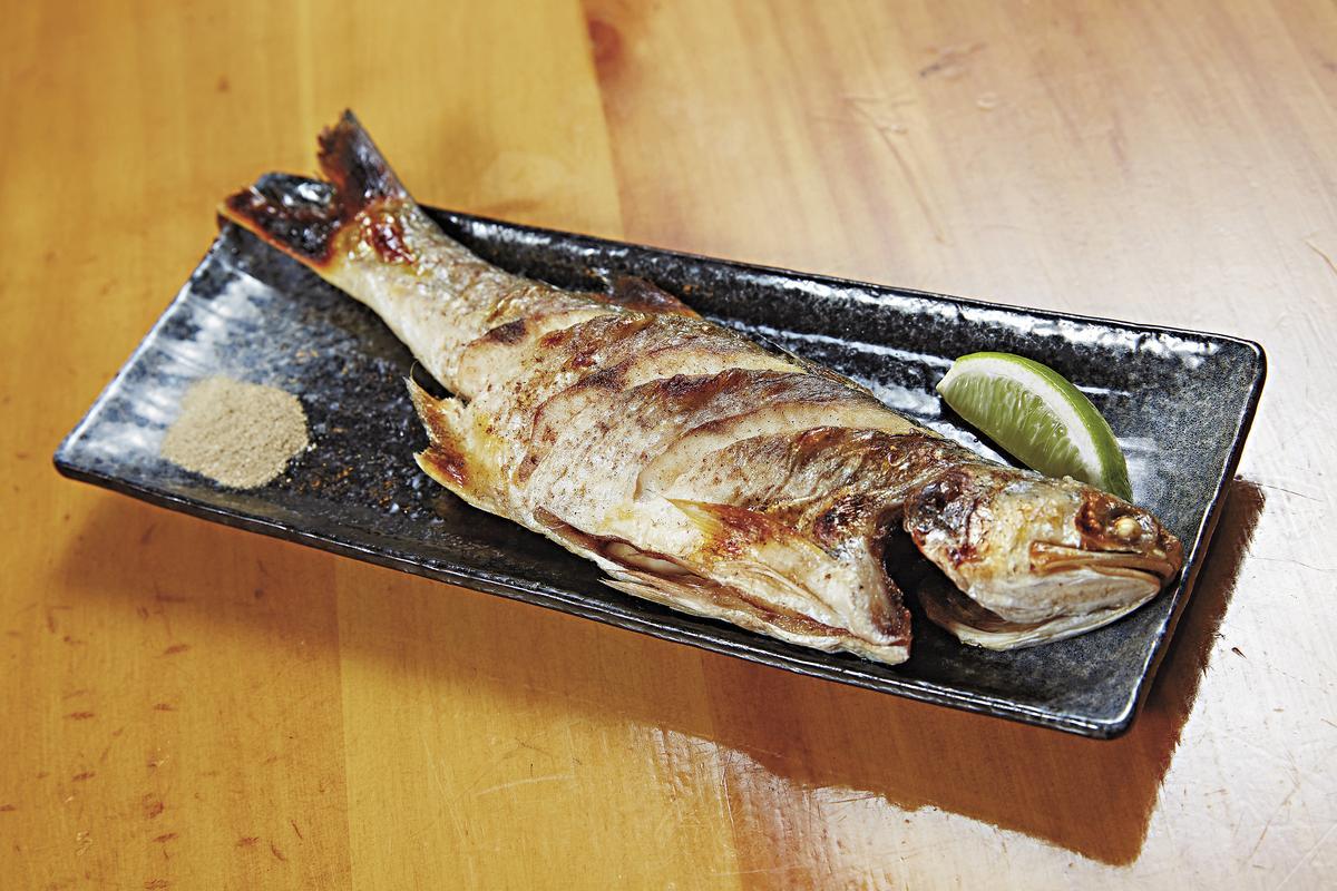 新鮮午仔魚(200元)幾乎沒有魚腥味,可細細品嘗魚肉鮮味。(原木燒烤海鮮)