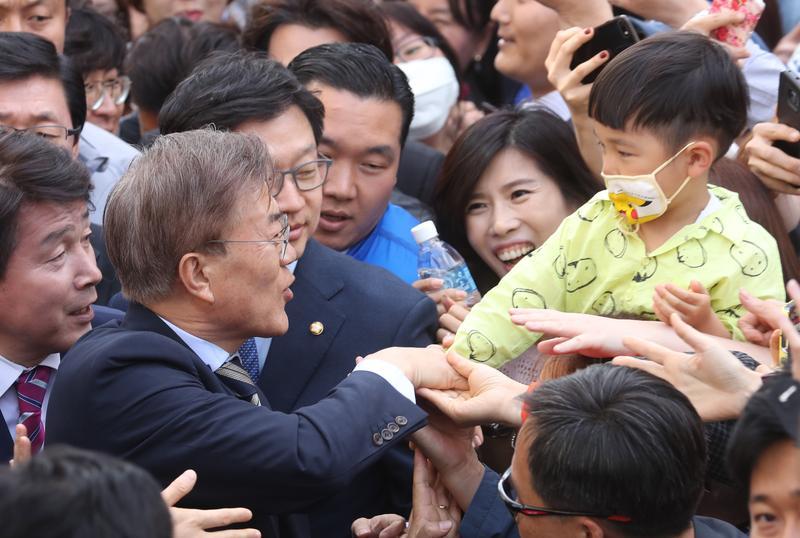 南韓總統補選9日進行,圖為熱門候選人文在寅向民眾拜票。