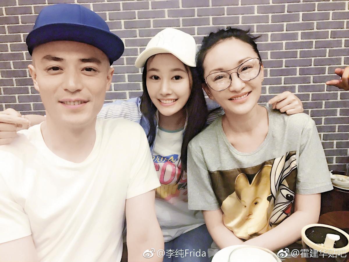 霍建華(左)與周迅(右)新戲殺青,兩人開心合照,中為中國女星李純。