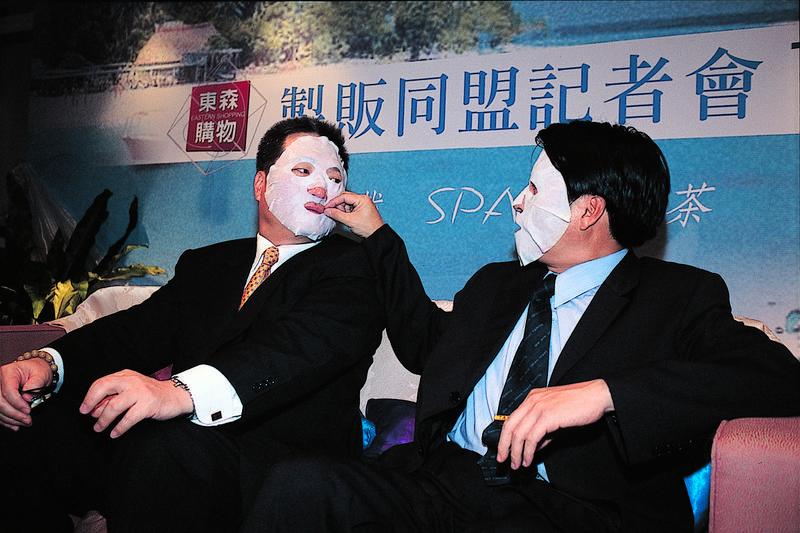 容光煥發的王令麟(左),原來靠的是勤敷自家品牌的面膜,成了東森購物最佳代言人。(今周刊提供)
