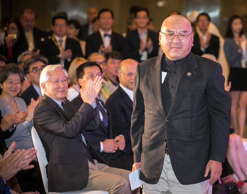 一筆8,000萬元保釋金,不僅讓東森集團總裁王令麟感激員工借錢之情,更感念潤泰集團總裁尹衍樑伸出援手。
