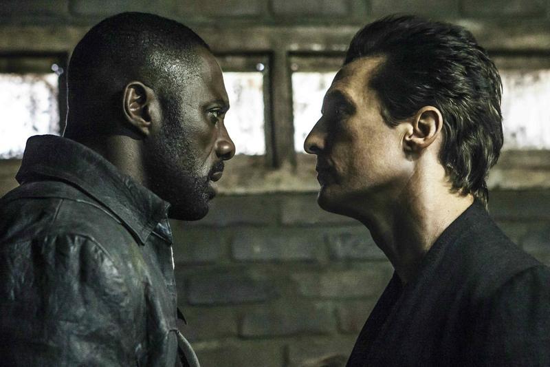 英國男星伊卓瑞斯艾巴(左)飾演槍客羅蘭,對抗馬修麥康納扮演的反派黑衣人。