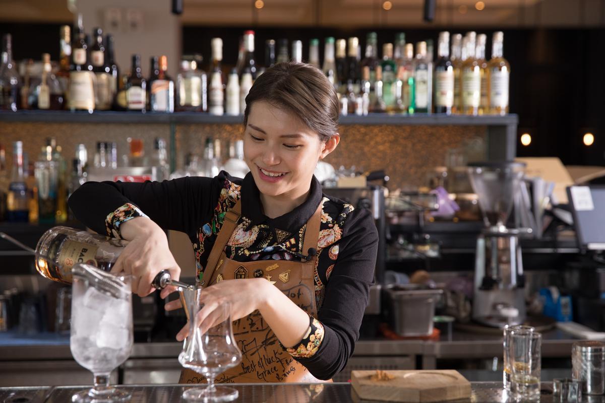 外型甜美帥氣的蔡佳穎,性格極有毅力,她每天自我要求以馬拉松式的節奏練習調酒,每天在Bar 21的酒吧開始營業前及打烊收工後,都會看到這位年輕女孩投注熱情調酒的身影。