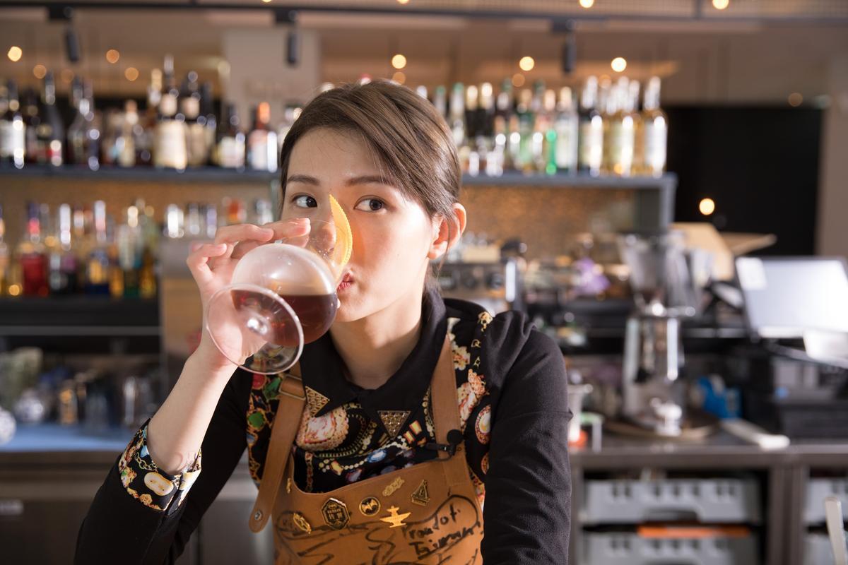 才擔任調酒師1年,是調酒界新鮮人的蔡佳穎笑說:「我當調酒師前只喝過啤酒,對烈酒和食材都是從零開始學習。」