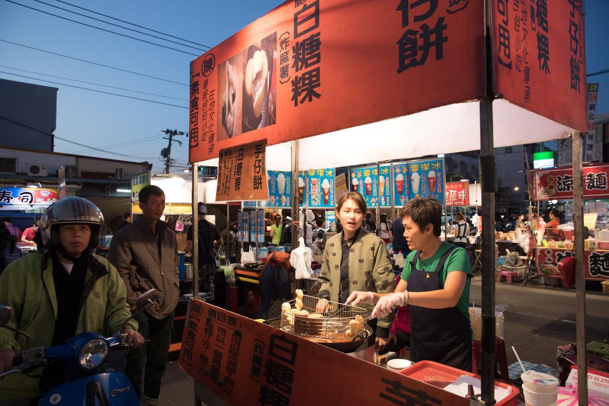 在夜市長大的蔡佳穎(左),即使已出社會工作後,但只要有空就到攤位與媽媽一起賣白糖粿。