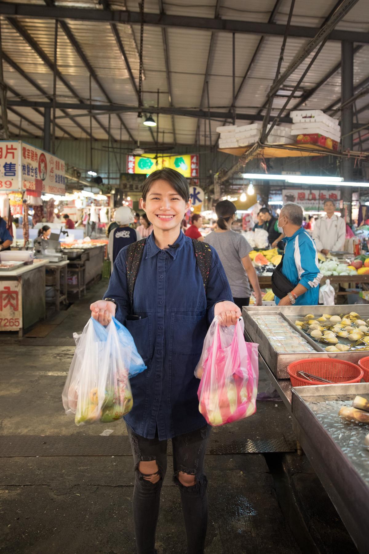 蔡佳穎經常在市場裡翻找蔬菜水果,思考如何把新鮮食材融入個人創作調酒。