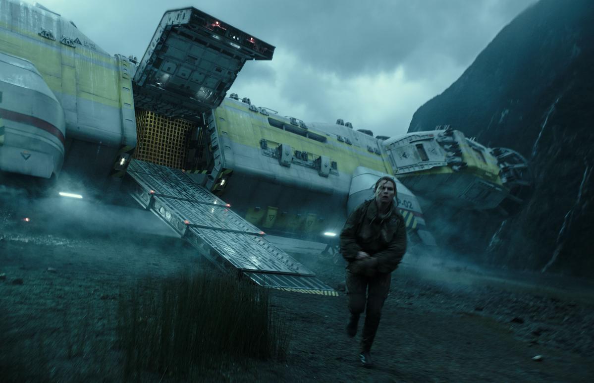 《異形:聖約》劇情描述一艘太空殖民船在一個神祕星球降落,未料這裡竟隱藏著可怕的異種生物。