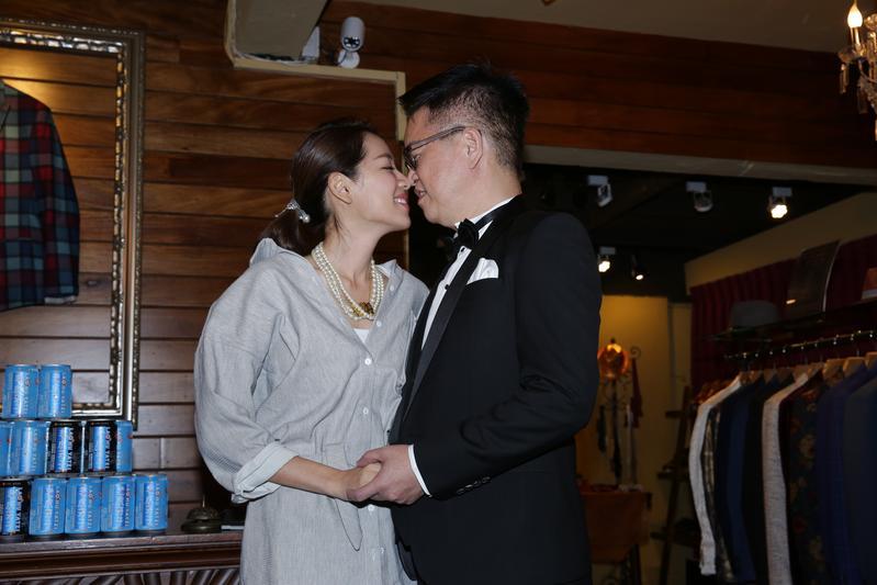 將在下個月辦婚宴的劉伊心和林志隆,記者會上應媒體要求親親展恩愛。