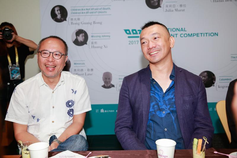 《一路順風》導演鍾孟宏(左)這次改當監製,給予黃信堯在創作長片上的許多建議。