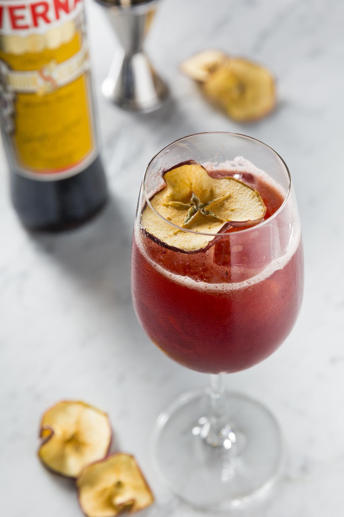 有著植物調性的「AVERNA」與「Prosecco」氣泡白酒、蘇打水、蘋果白蘭地、自製藍莓糖漿,調出帶莓果香氣的「樹果Spritz」。(250元/杯)
