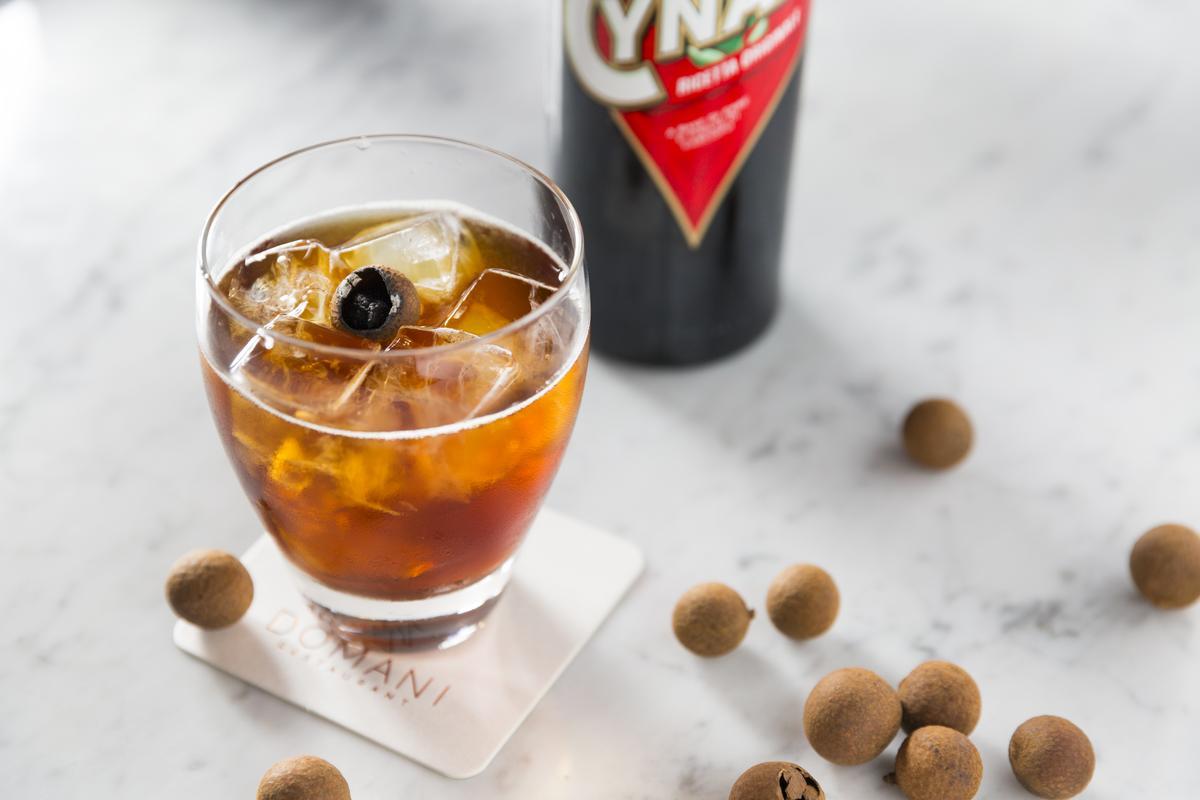「草本Spritz」亮點在混入以Matt媽媽自家燻製龍眼乾為主材料,和冬瓜糖煮成的龍眼冬瓜糖漿,比起其他義大利調酒甜一些。(250元/杯)