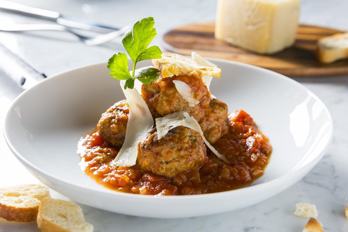 開胃前菜「義式肉丸子」混合牛豬絞肉,並以大量帕馬森起司調味,香腴多汁。(280元/份)