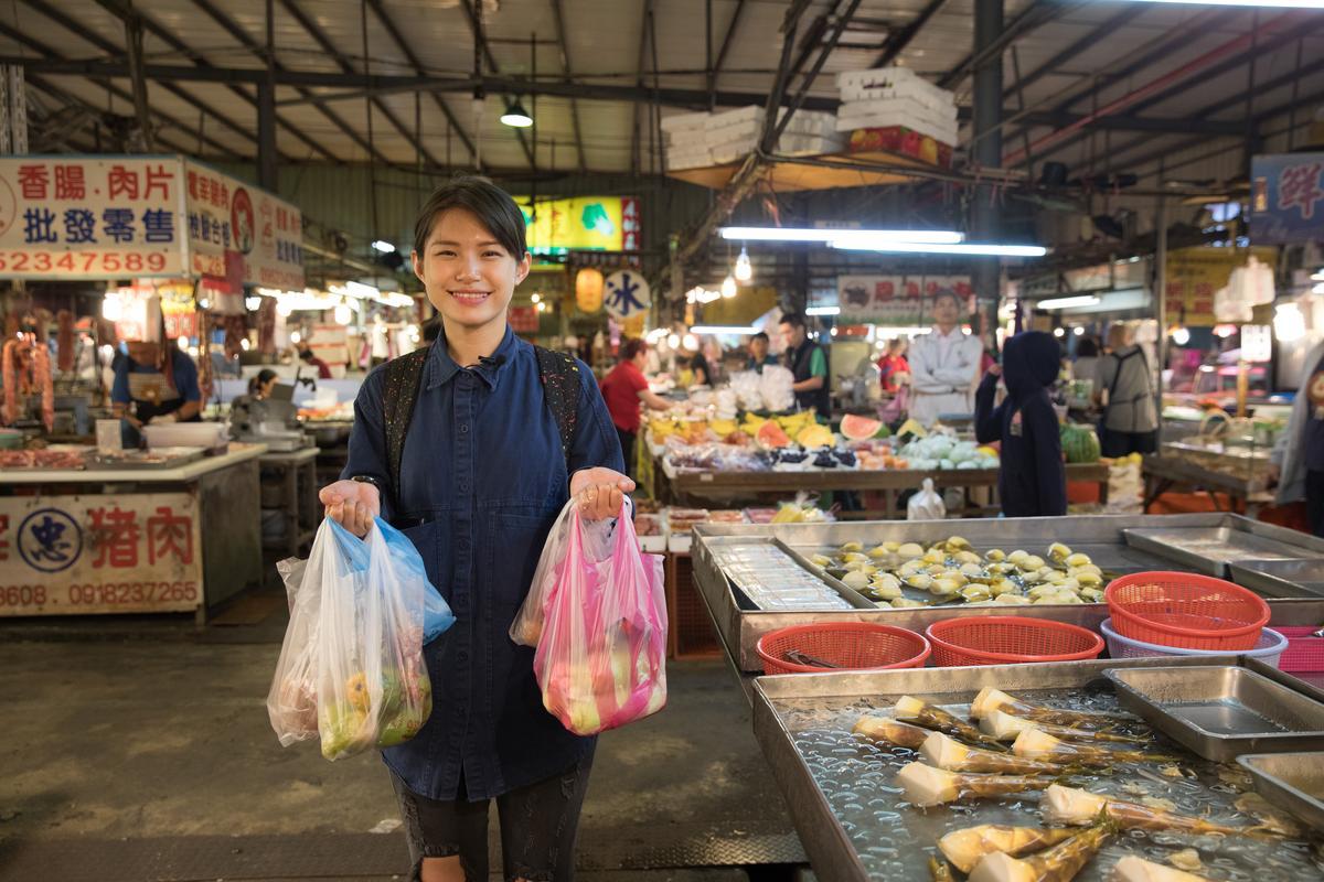 蔡佳穎喜歡到市場翻找著著時食材,拎著新鮮蔬果回到酒吧裡實驗調酒風味。