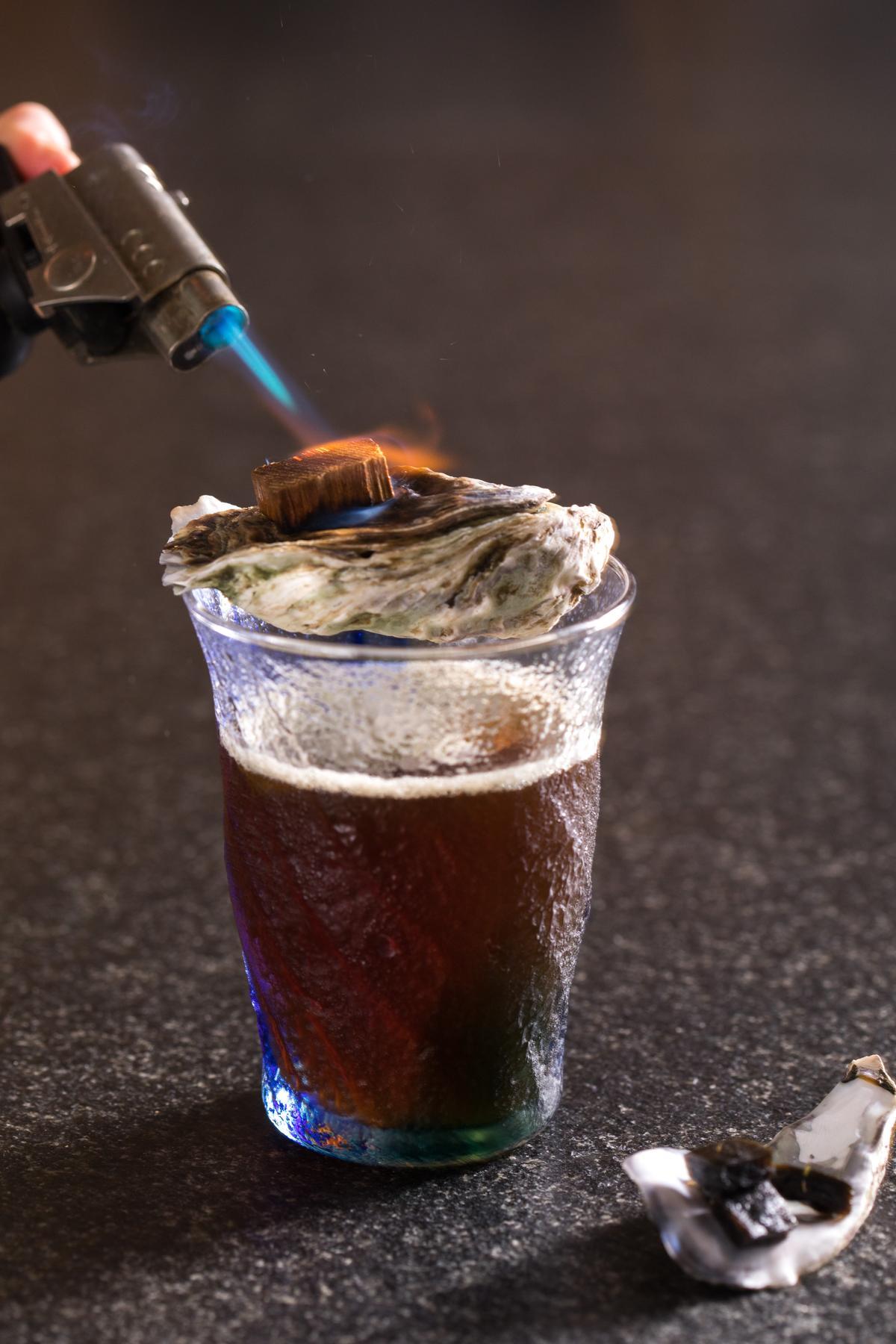 「安平堡傳說」以威士忌揉合烏梅汁酸香,煙燻醇厚。(300元/杯)