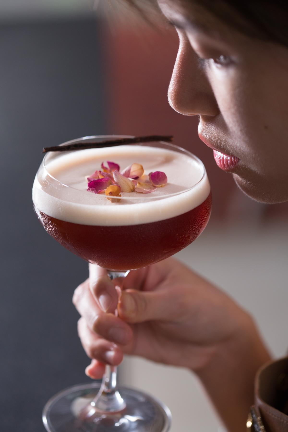 「綻放」入口先嘗柔美玫瑰香韻,咖啡、香草的味道接來,綿密的泡沫留住香氣,整體好入口。(350元/杯)
