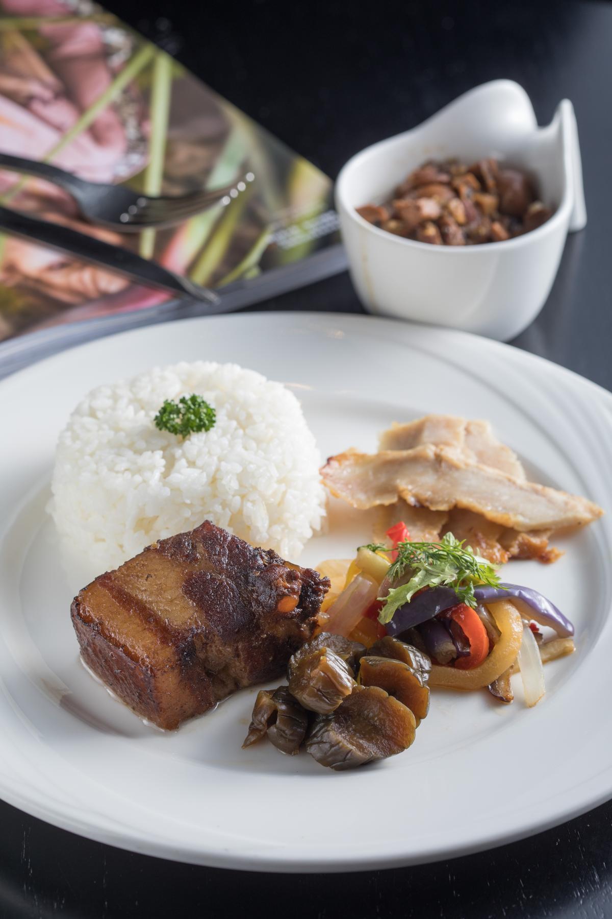 Bar 21也提供餐點,「松露燉煮盤克夏黑豬五花佐香米」腔肉香潤,還加入橙汁以果香解膩。(450元/份)