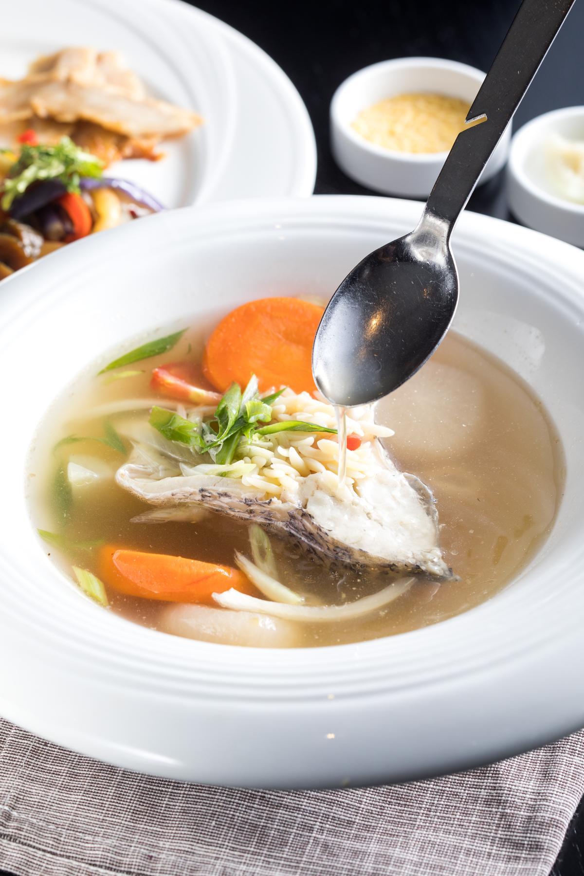 台式古早味結合南義燉海鮮的「西瓜綿海鱸魚米型麵湯」酸鮮清甜。(450元/份)
