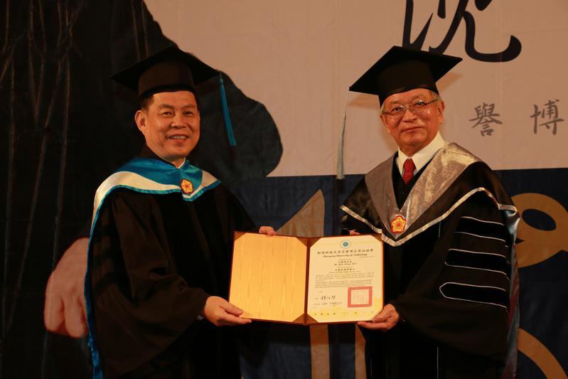 和大工業因2015年首度入選台灣創新企業20強,26年來營收成長超過100倍,去年董事長沈國榮(右)獲朝陽科大校長鍾任琴(左)頒授朝陽科大名譽管理學博士學位。(和大提供)