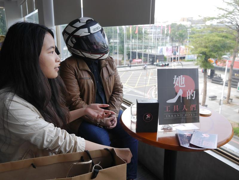 主持製作人留鈺淳(左)與首席行銷余世暄(安全帽),兩人個性天差地別,但大多能好好討論,於是許多點子就在攻訐中誕生。