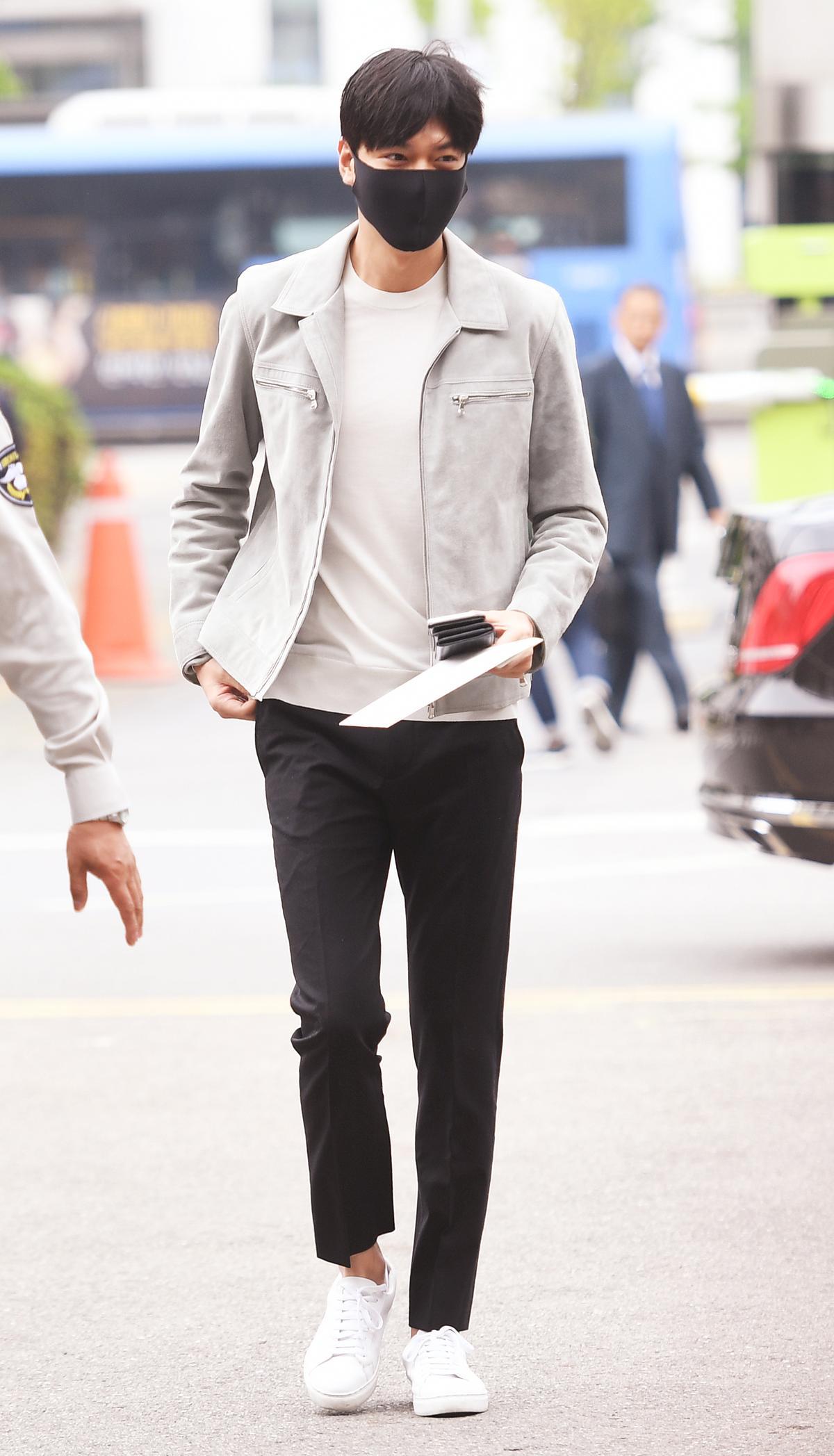 李敏鎬身穿輕便夾克,黑白上衣長褲,雖然戴著黑色口罩仍不減他帥氣風采。(東方IC)