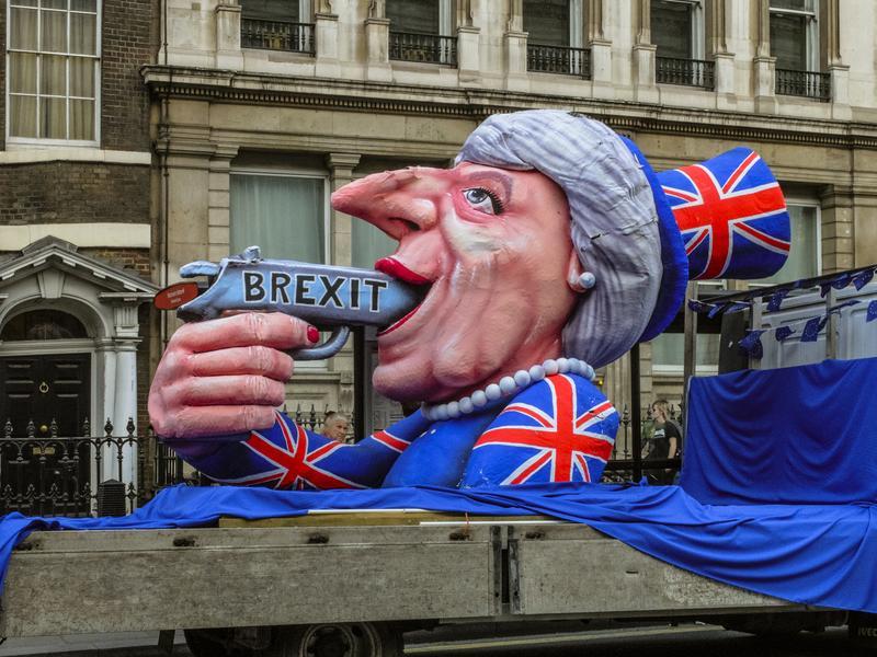 英國挺歐派人士5月11日在唐寧街首相府外示威,花車上的芻像是梅伊總理,槍桿子上寫有「英國脫歐」的字樣。(東方IC)