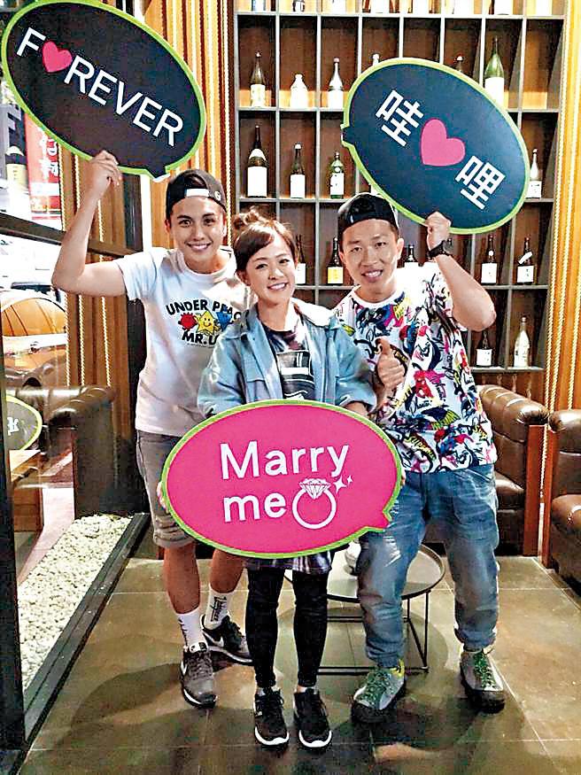 林彥君(中)跟曾子余(左)、張立東(右)曾一起主持《食尚玩家-就要醬玩》,3人的好交情至今也會定時聚會。(TVBS提供)