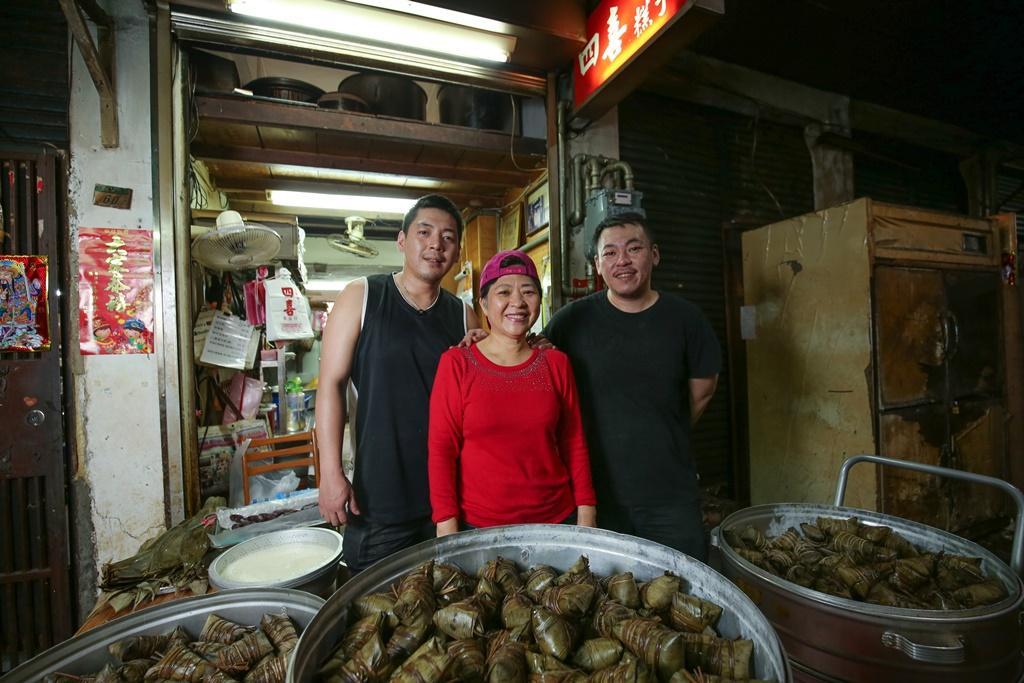 二代老闆娘陳麗蘭(中)和兒子張皓傑(右)、張皓翔(左)共同守護老店滋味。