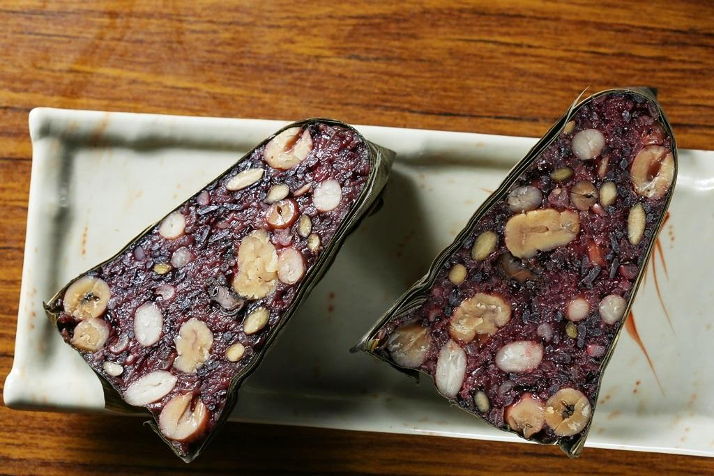 「八寶紫米粽」有五穀的甜味和蓮子、栗子、鈕扣菇的鹹鮮。(65元/粒)