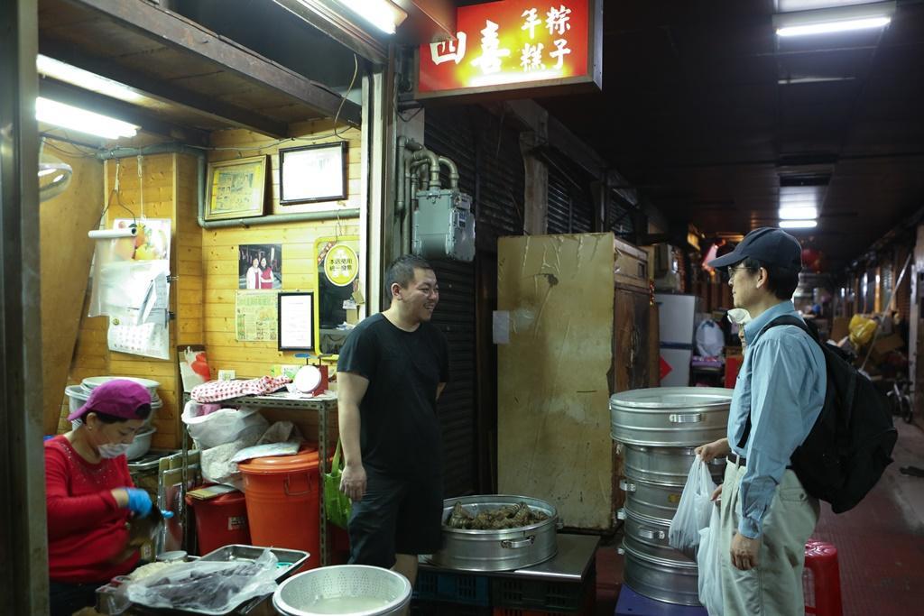 採訪這天來買粽子的幾乎都是老客人。