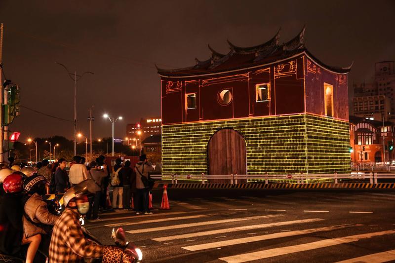 台北市府1966年以「整頓市容」為由,將各城門的城樓由閩式碉堡城樓,改建成仿造中國華北的樣式建築,僅有北門因預定拆除而逃過一劫。