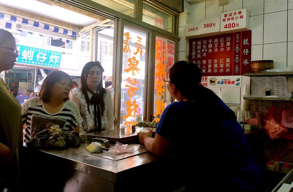 一路上賣冰的不少,唯有「泉芳枝仔冰」門庭若市。