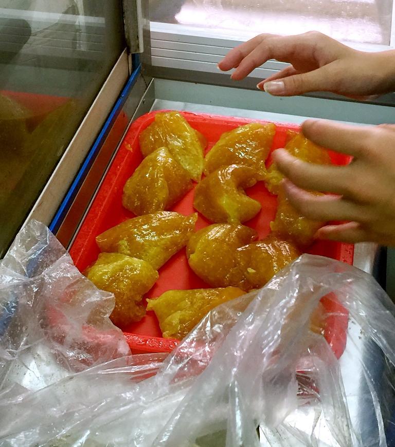 拆開粽葉,冰涼Q黏的粳粽現身。