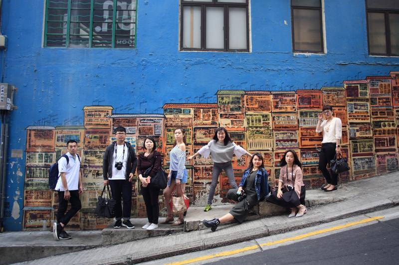 香港中環的嘉咸街壁畫,是許多人去香港玩最喜歡拍照打卡的景點。
