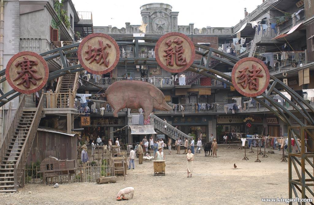 周星馳電影《功夫》裡的「豬籠城寨」暗喻的就是九龍城寨。(翻攝自網路)