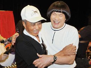 豬哥亮2009年復出時,已故影視大亨楊登魁(左)出面幫他協調擋下所有債務。