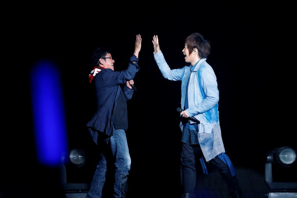 五月天香港演唱會找台譚詠麟打卡上班,合唱〈脫胎換骨〉。