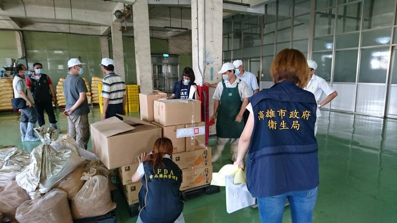 高雄市政府衛生局昨日稽查裕榮公司,發現該公司使用過期原料製造5項產品,並在市場上販售多時。