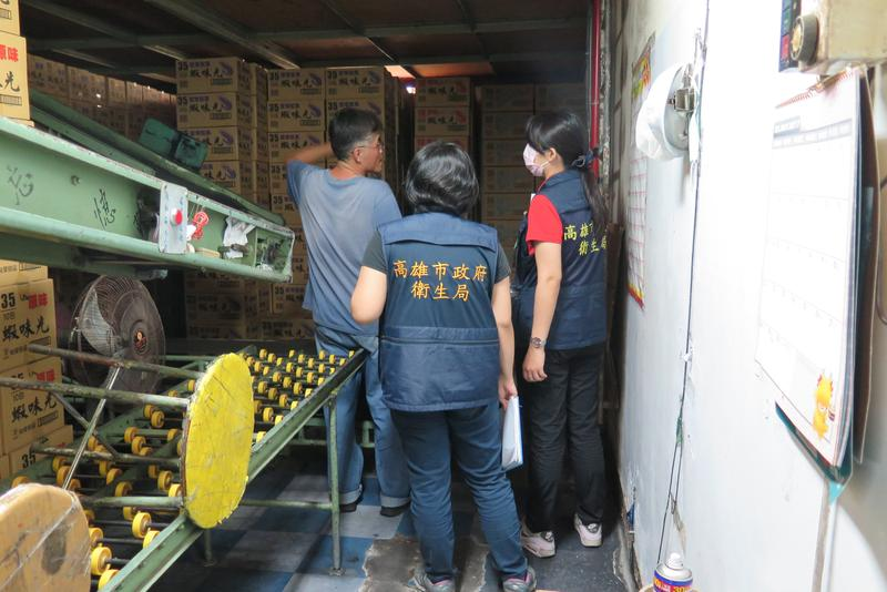裕榮食品股份有限公司遭衛生局稽查,因使用過期原料製造蝦味先,需將市面上所有違規產品回收。