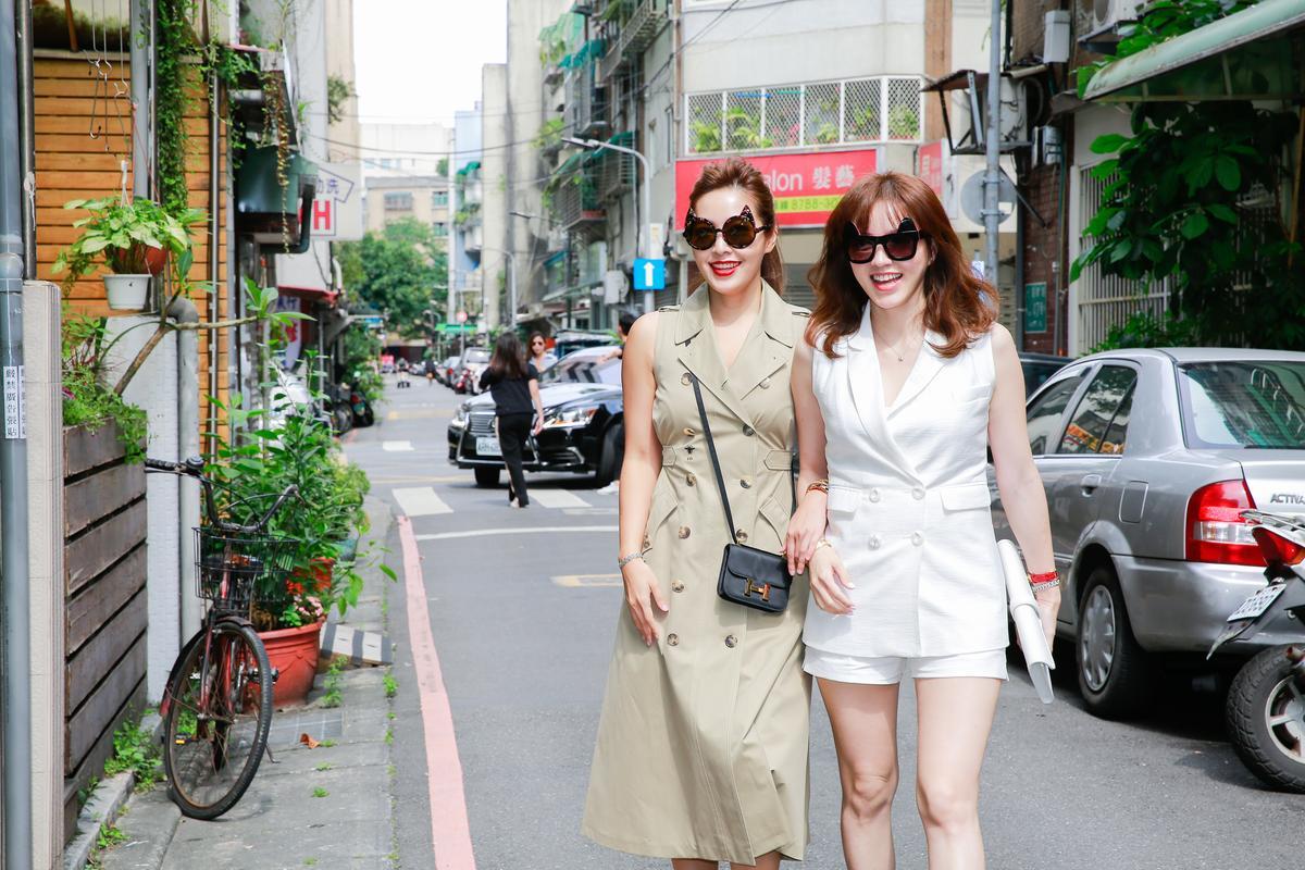 廖曉喬(左)穿著Dior風衣式洋裝,與林牧潔一起出席記者會。