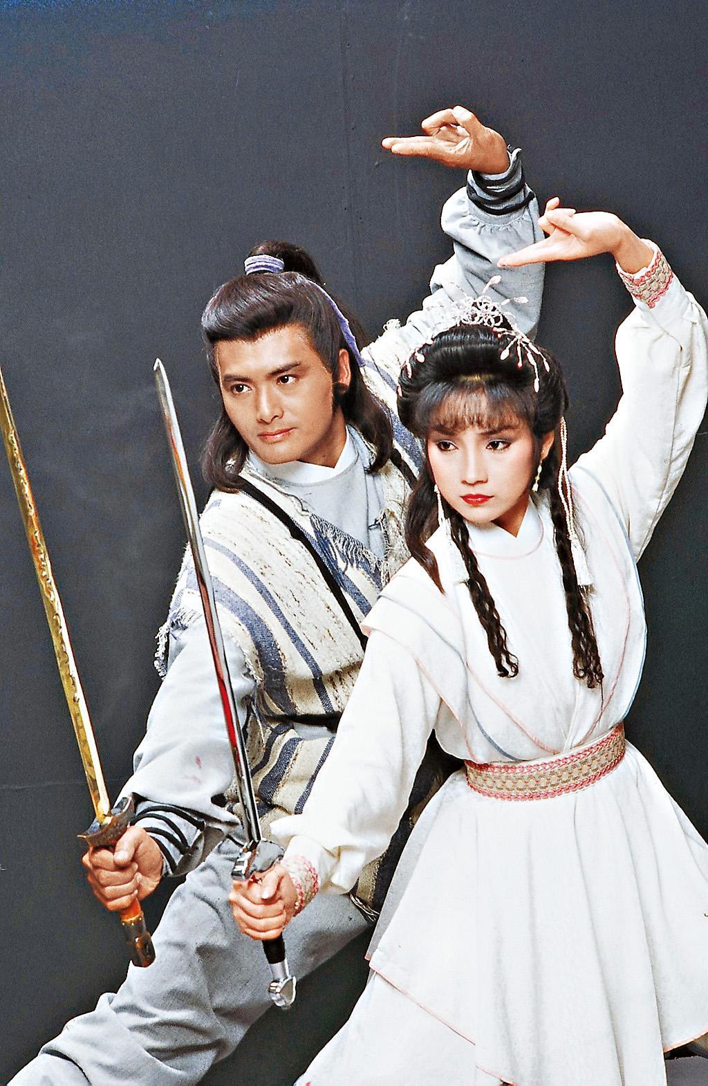 周潤發(右上圖左)、戚美珍(右上圖右)主演的《笑傲江湖》等經典金庸系列港劇,是KKTV為了在地化所購買的戲劇。(KKTV提供)