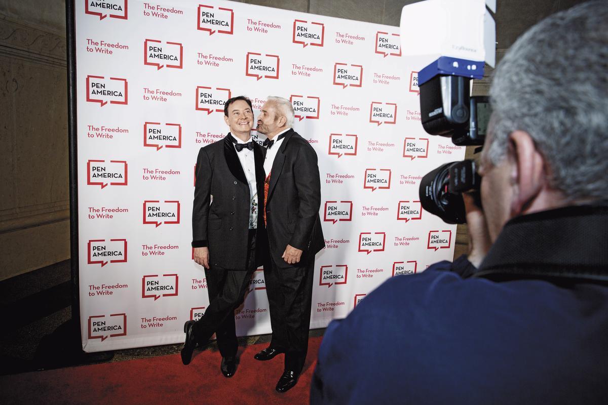 安德魯(左)和丈夫約翰(右)聯袂出席紅毯,被記者們拱著在鏡頭前作勢親吻,逗得安德魯滿臉笑意。