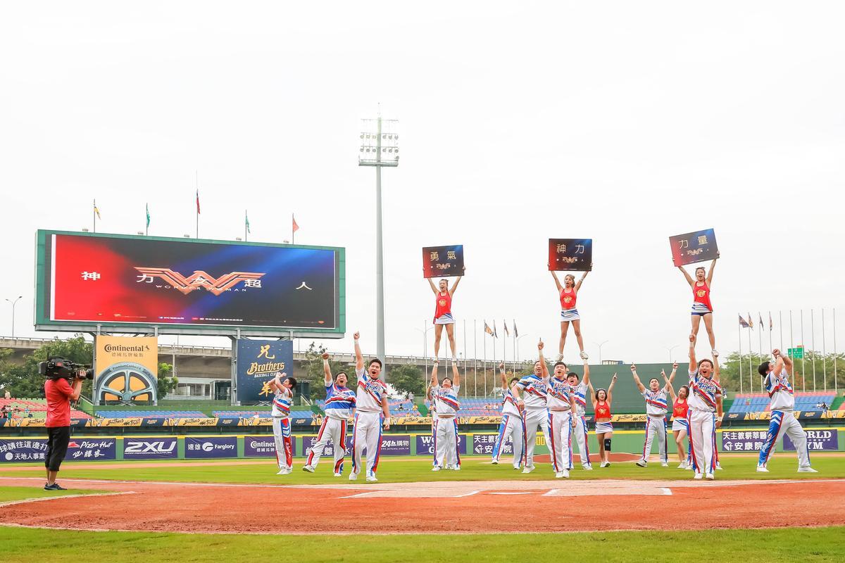中華競技啦啦隊以《神力女超人》為靈感帶來表演。