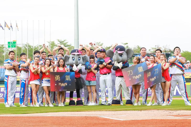中信象球員代表與啦啦隊一起做出《神力女超人》的發功手勢。