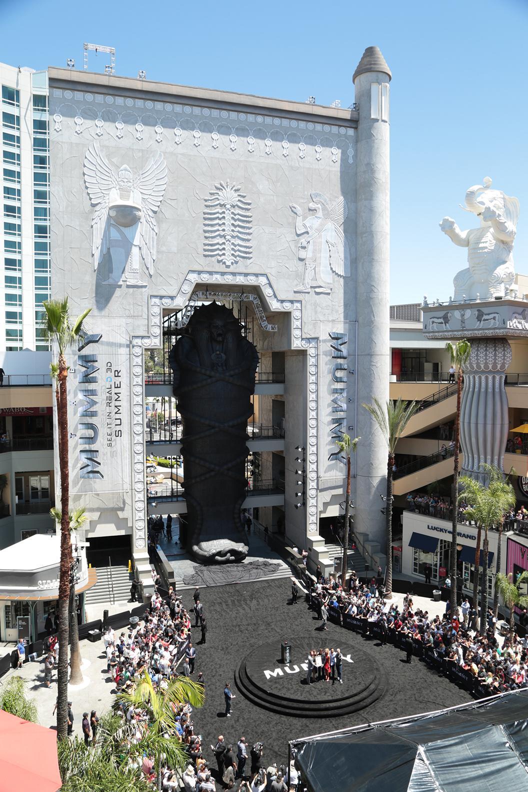 根據電影劇情打造的石棺,相當巨大,幾乎填滿購物中心中庭。