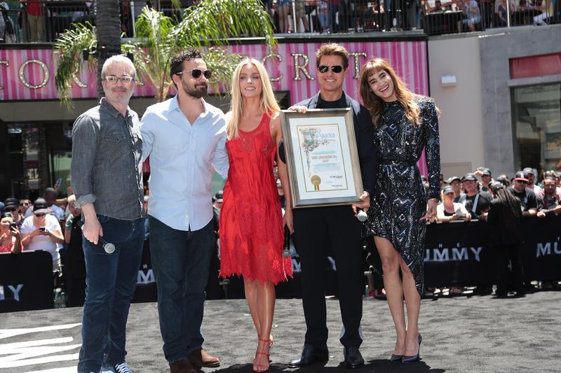 導演艾力克斯寇茲曼(左起)、傑克強森、安娜貝爾瓦莉絲、湯姆克魯斯、蘇菲亞波提拉,一起見證「《神鬼傳奇》日」。