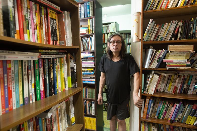 曾經混過黑道的石皓文經營一家二手書店,因手術失誤造成行動不便,已經近一年沒有出門。