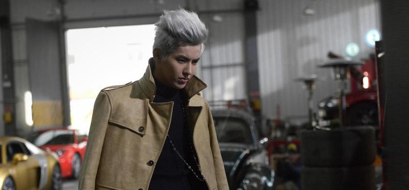 吳亦凡在《老炮兒》中演飛車黨,一頭白髮很酷炫。