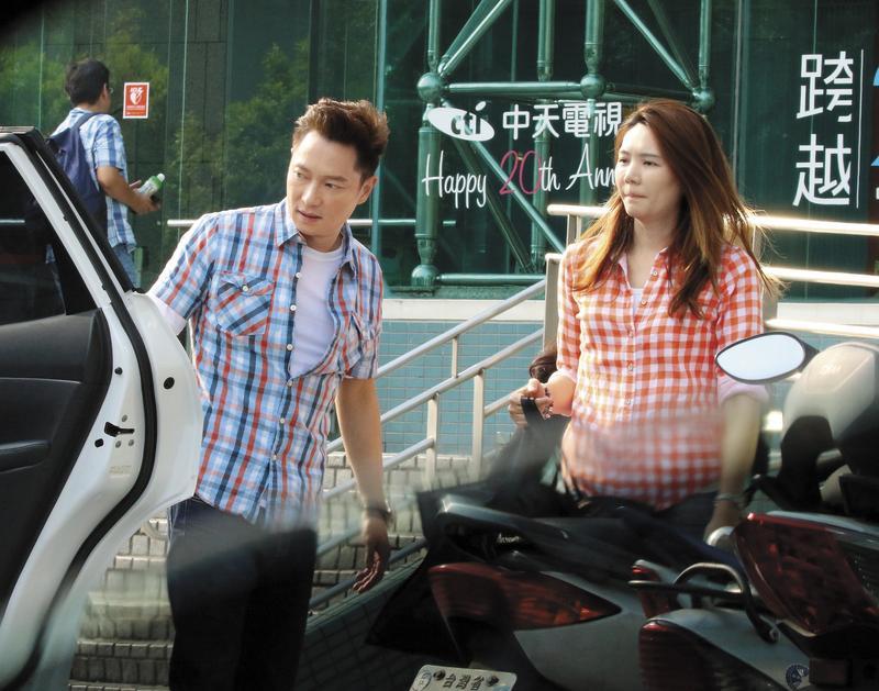 謝祖武(左)的老婆江婷琳(右)前往電視台跟謝祖武會合之後離去,傳言江婷琳很愛吃醋。