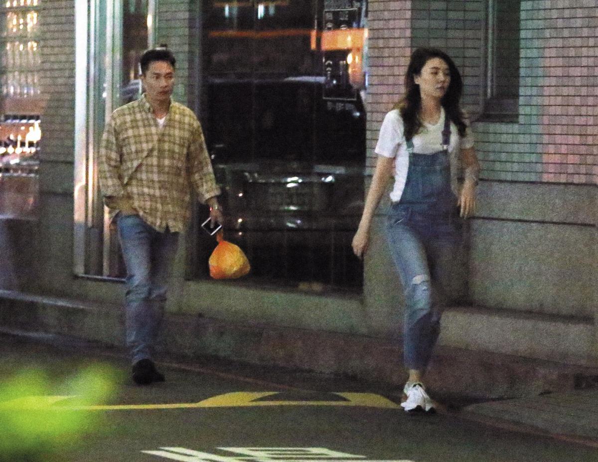 才吃了1小時左右,謝祖武就跟老婆回家,走在路上還離遠遠的,看來對老婆跟前一晚對待傳聞中的吳育婷大相逕庭。