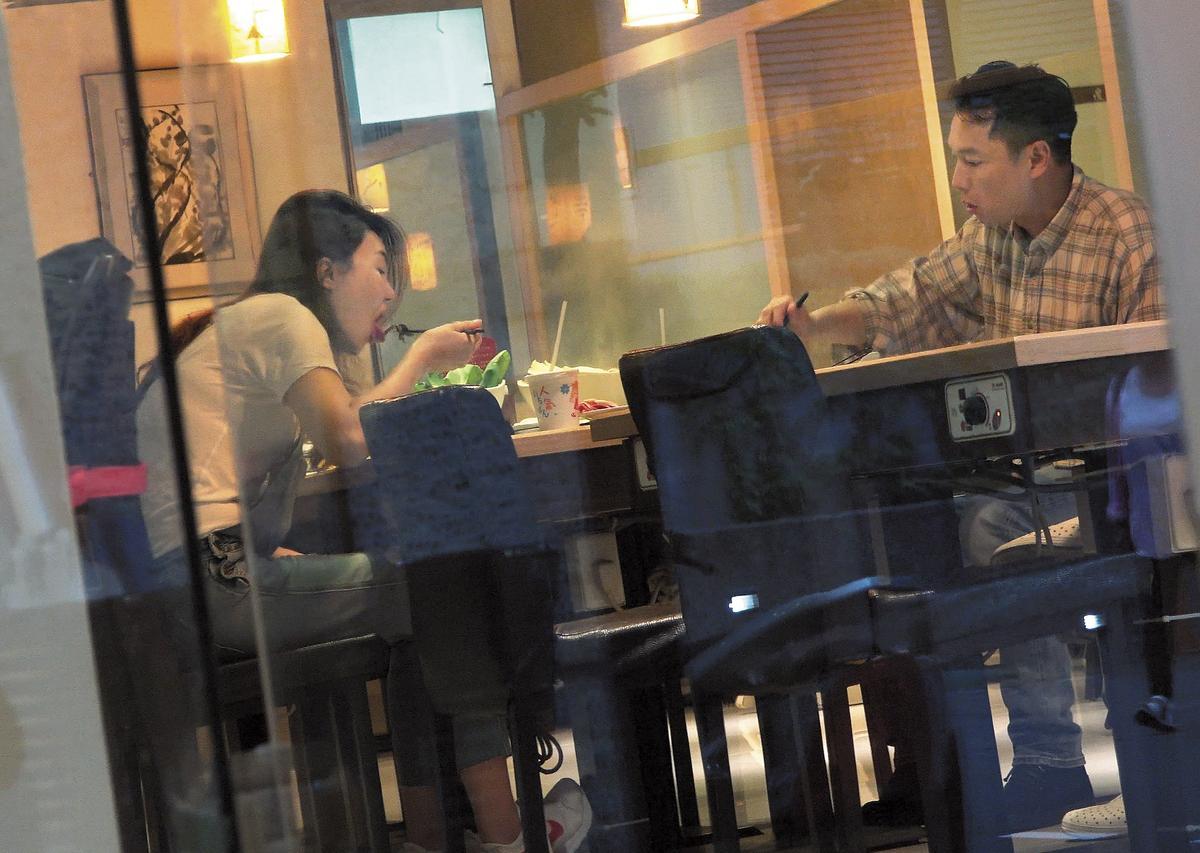 在跟吳育婷親暱的肢體接觸之前,本刊也直擊謝祖武跟老婆江婷琳去吃火鍋,但互動就是老夫老妻。
